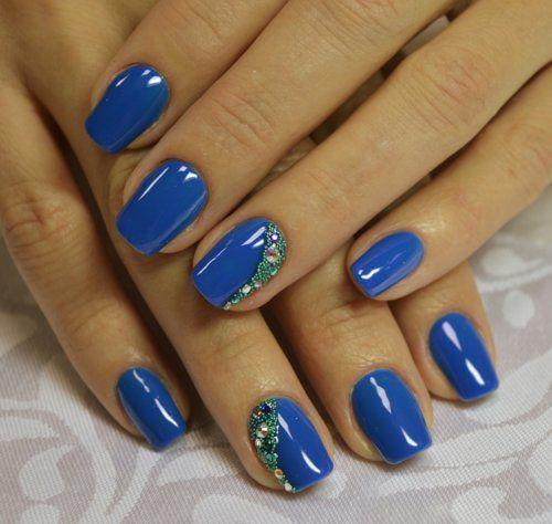 Синій манікюр із зеленою «малахітовою» вставкою і золотистими стразами