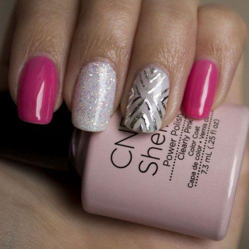 Сліпучий металік можна органічно вписати в манікюр, якщо прикрасити їм тільки один з нігтів