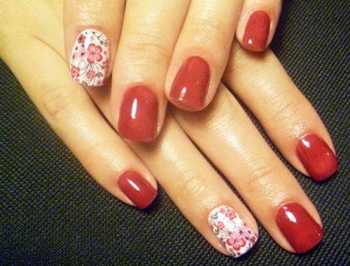 Однотонний яскраво-червоний шелак підкреслює красу ніжного квіткового узору на вказівного та безіменного пальців