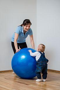 Гімнастика з немовлям на кулі зміцнить вестибулярний апарат