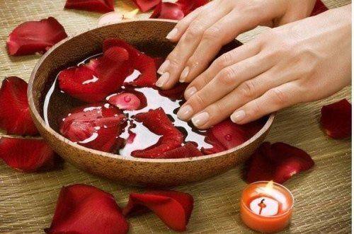 Догляд за нігтями легко перетворити на справжнє задоволення - досить приготувати ванночку для нігтів з улюбленим ефірним маслом