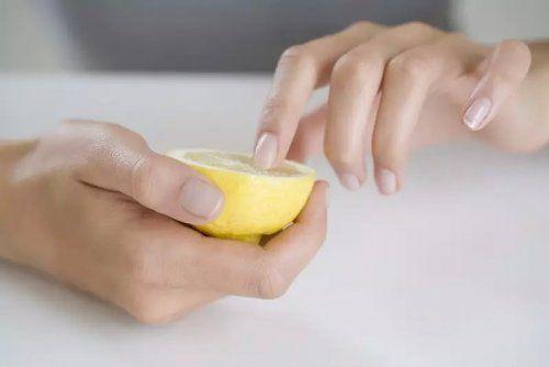 Найпростіша маска для нігтів - половинка лимона
