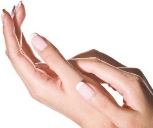 Використовуйте лікувальні покриття в якості бази при нанесенні темних лаків, це збереже здоровий колір нігтьової пластини