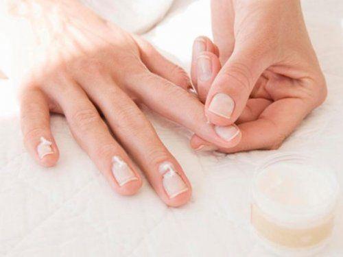 Крем для нігтів і кутикули наносять тільки на нігтьову пластину
