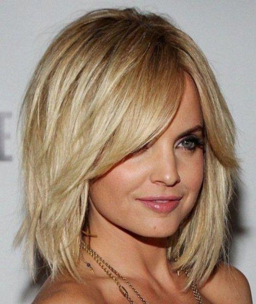 Вдалий приклад стрижки каскад на волоссі середньої довжини