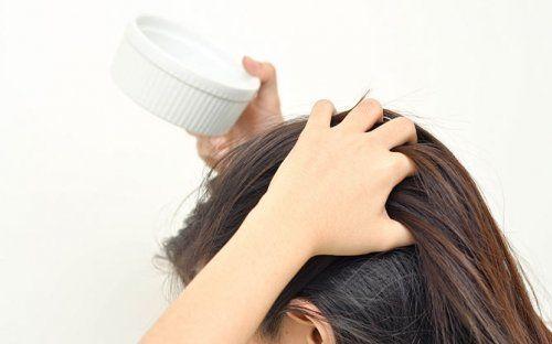 Втирайте масло масажними рухами, від ретельності розподілу залежить рівномірність кінцевого кольору волосся