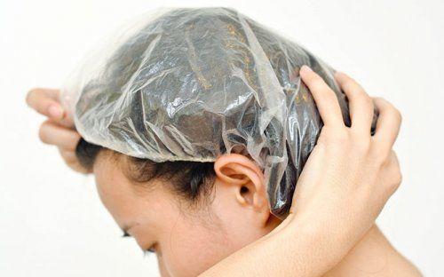 Для посилення ефекту - оберніть волосся поліетиленом або одягніть шапочку для душу
